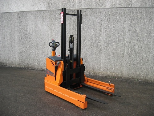 OMG 716 BLK-R Electric Stacker with reach mast From 1600 kg
